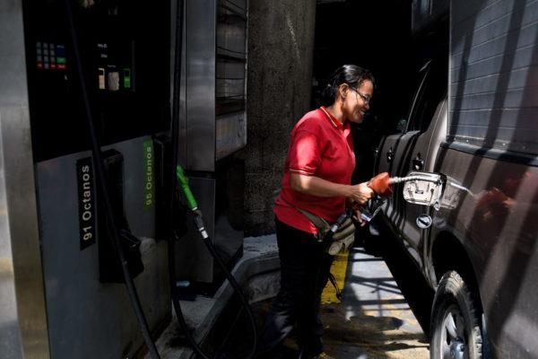 Gobierno extiende censo y posterga aumento de la gasolina