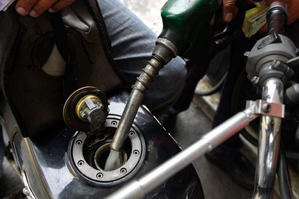 Venezolanos viven calvario para conseguir gasolina en frontera con Colombia