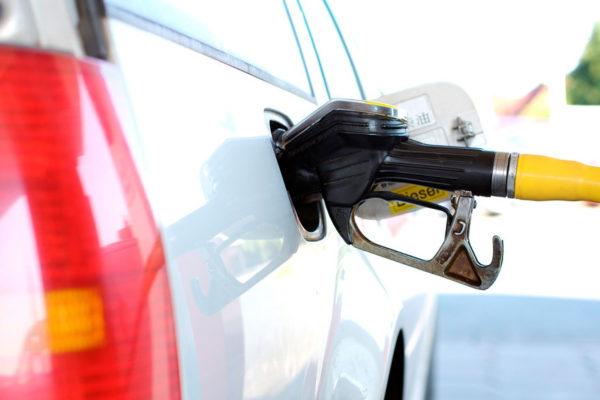 Gobierno evalúa nuevo aumento de gasolina subsidiada porque la devaluación tumbó el precio