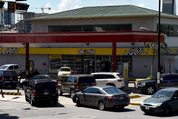 Vuelven las colas en las gasolineras de Caracas por fallas en el suministro