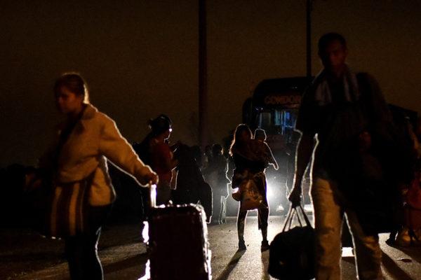 Venezolanos dicen que Ecuador los «engañó» y dilató sus viajes a Perú