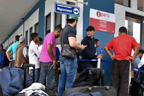 Policía peruana detiene a 114 venezolanos en operativo contra crimen organizado