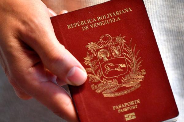 ¿Cuántos salarios mínimos devaluados cuesta un pasaporte en Venezuela?