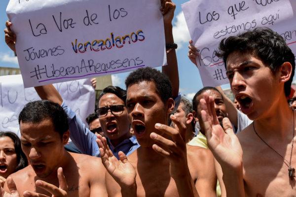Opositores protestaron contra humillación a Requesens