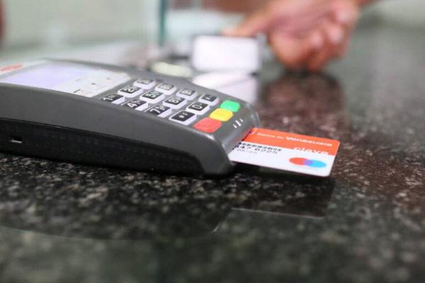 Banca puede cobrar 0,75% de comisión por compras de gasolina en puntos de venta
