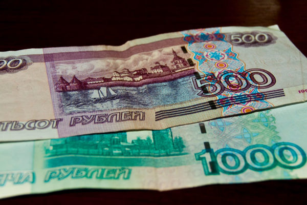 El desplome del rublo obliga a actuar al Banco Central ruso