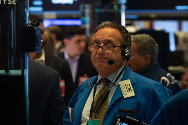 Wall Street se desploma y Dow Jones cae 2,3%