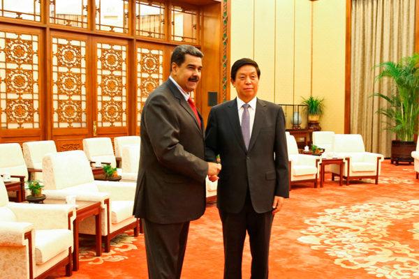 Maduro firma acuerdos en China tras rendir homenaje al