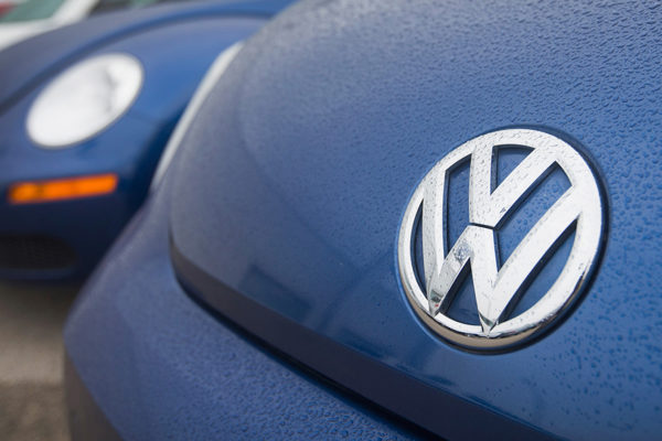 Volkswagen suspende objetivos anuales tras caída de casi 80% en beneficio operacional