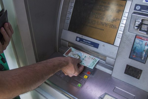 Bloomberg: Sin efectivo, funcionamiento de cajeros en Venezuela cae a mínimos de 7 años