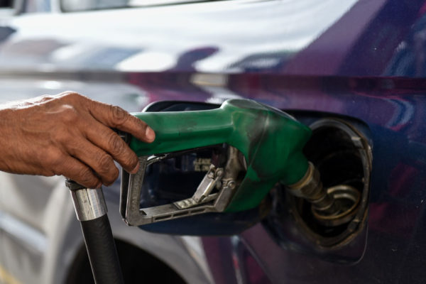 Largas colas en México para abastecerse de gasolina