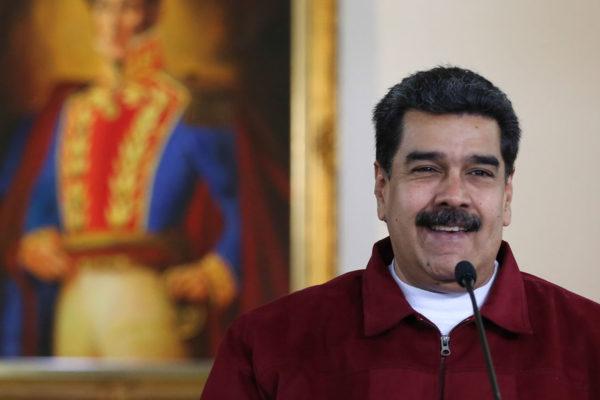 Maduro ironiza tras salida de DirecTV: «Vuelven los ganchos de ropa y los alambres»