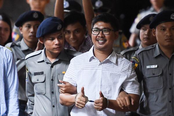 Condenan a siete años de cárcel a dos periodistas de Reuters