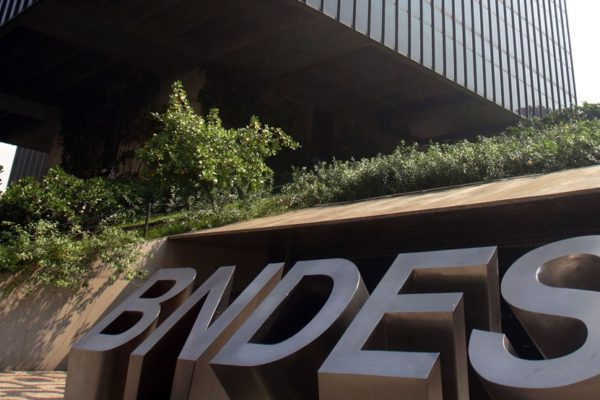 Banco de fomento brasileño vende por $5.189 millones sus acciones en Petrobras