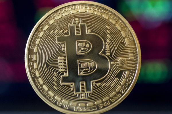 Bitcóin se acerca a su máximo histórico pero después retrocede