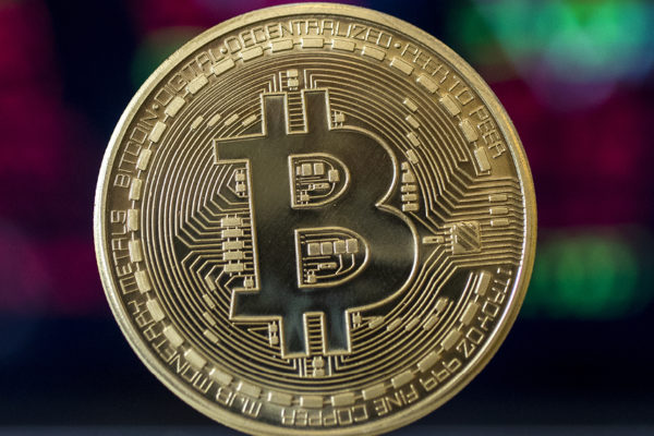 Bitcoin bate récord de cotización al superar los US$62.000