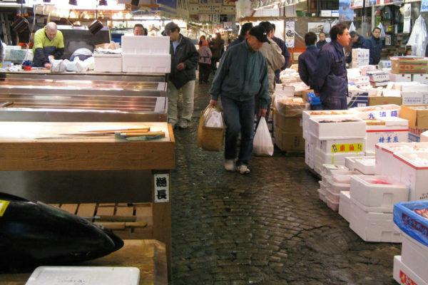 Mercado de pescado de Tsukiji, en Tokio, cierra tras 83 años