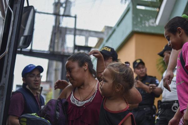Migrantes hondureños hacinados aguardan en la frontera con México