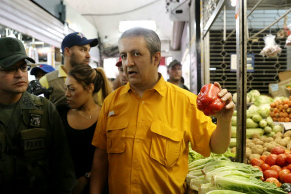 Willian Contreras evalúa distribución de frutas y verduras