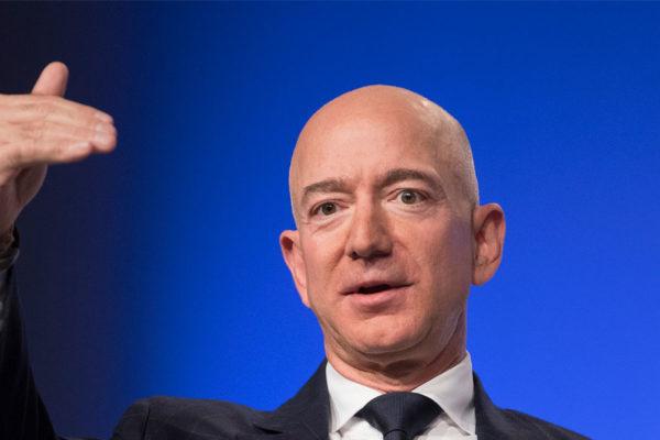 Jeff Bezos se convirtió en el segundo multimillonario que vuela al espacio con éxito