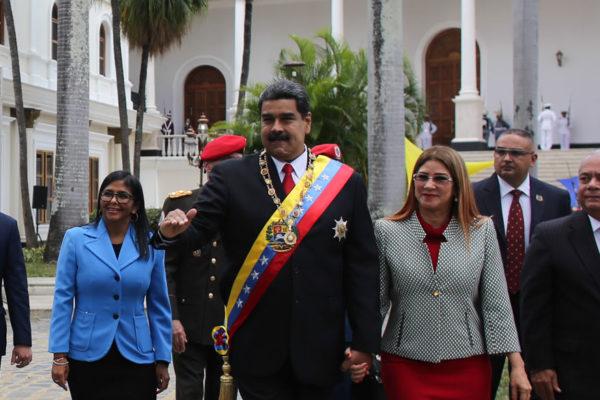 Maduro promete anuncios económicos después de su juramentación