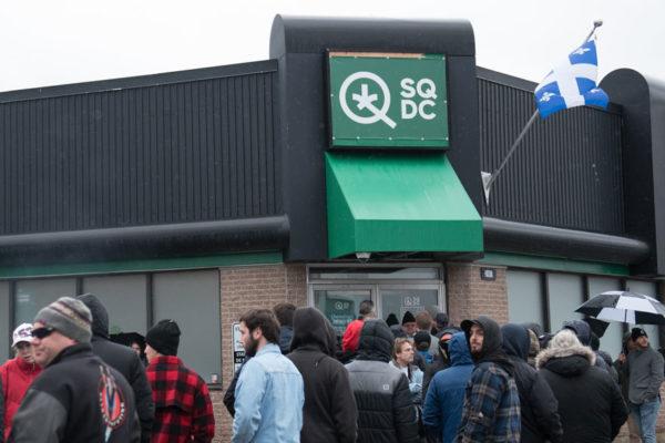 Canadá legaliza la marihuana, clientes celebran y mercados esperan