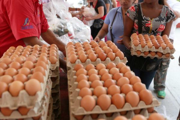 Aunque precios dolarizados han caído, el pollo y los huevos son lujos para la mayoría