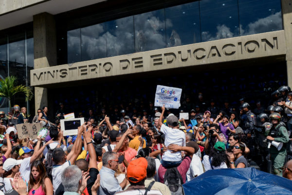 Docentes exigen mejores salarios en tensa protesta en Caracas