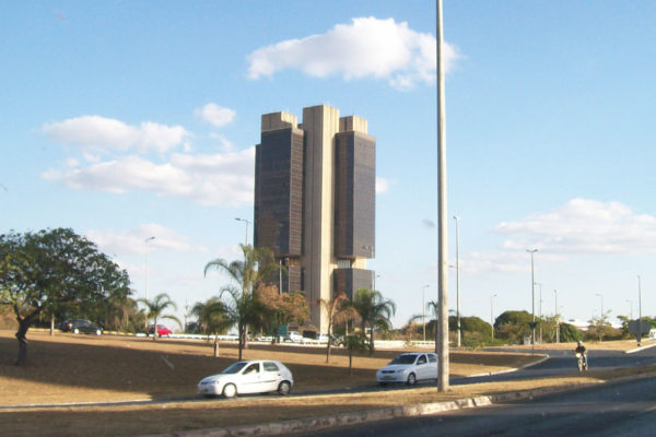 Bolsonaro da primer paso para dotar de autonomía al Banco Central de Brasil