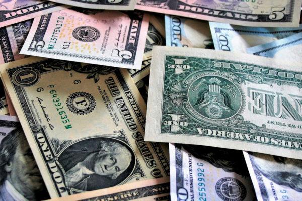 Dólar bancario cae este lunes 0,65% pero supera casi en Bs.2.000 al paralelo