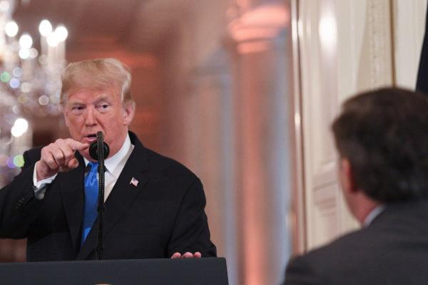 Juez ordena a la Casa Blanca devolver pase a periodista de CNN