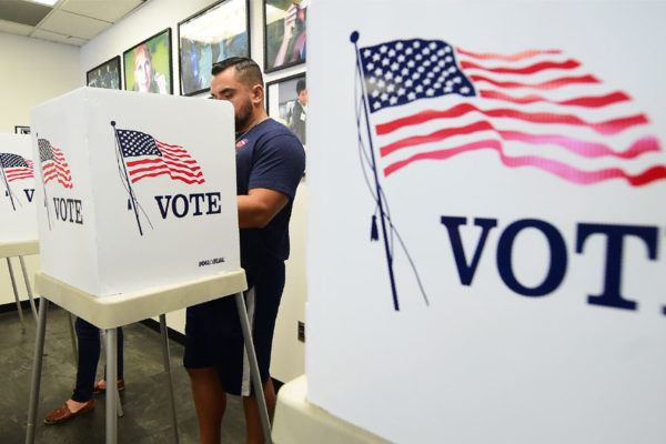 Un EEUU dividido vota en comicios de medio mandato