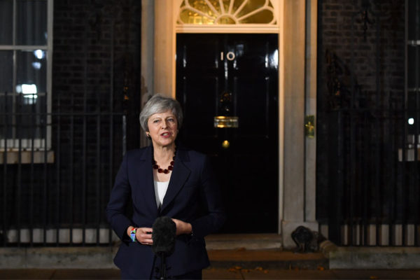 Theresa May lucha por salvar su acuerdo de brexit