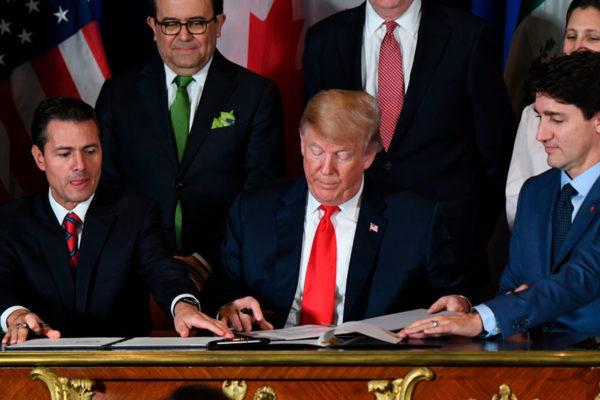 Trump firma polémico decreto que intenta cortar las alas a las redes sociales