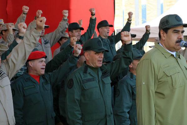 Maduro desafía a Colombia y ordena armar hasta los dientes a la milicia