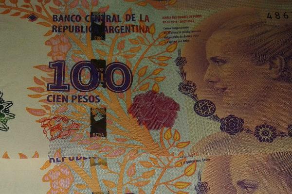 Otra jornada financiera de tensión en Argentina con la moneda en caída