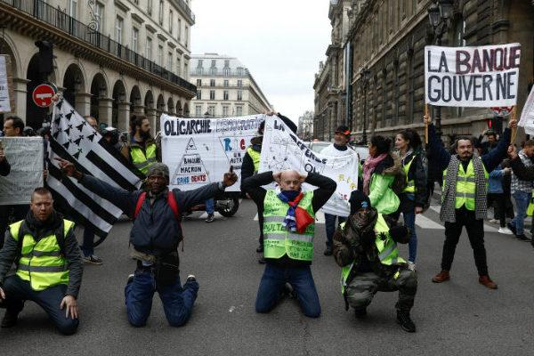 Baja la participación en protestas en Francia, tensión en las fronteras
