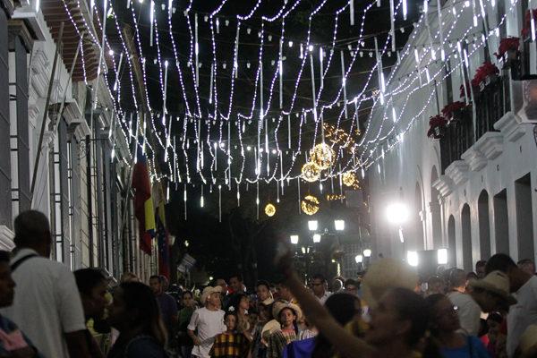 Caraqueños intentan mantener tradiciones navideñas en medio de la crisis