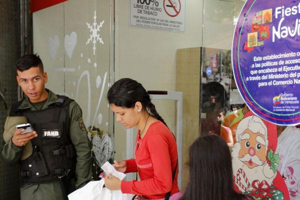 Gobierno baja precios en Sabana Grande al abrir feria navideña