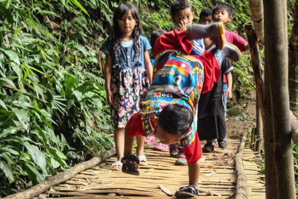 La odisea de un niño discapacitado en Indonesia para ir a la escuela