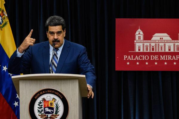 Aislado, Maduro inicia nuevo gobierno en una Venezuela colapsada