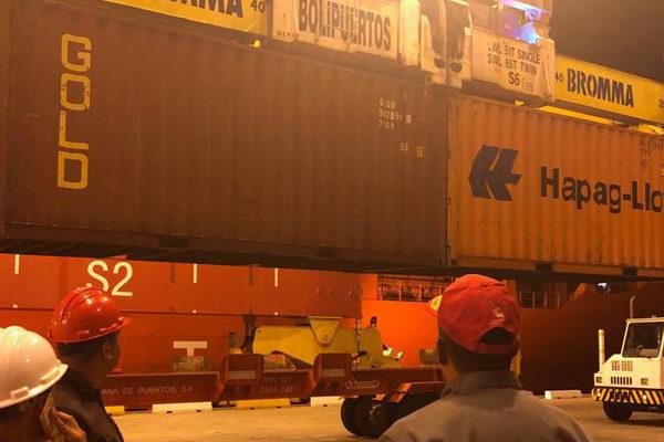 Bolipuertos descarga buque con 571 contenedores con juguetes y alimentos