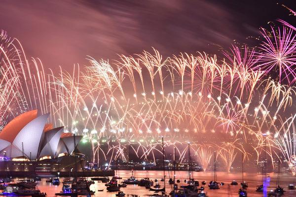 El mundo estalla en fuegos artificiales y deja atrás un año turbulento