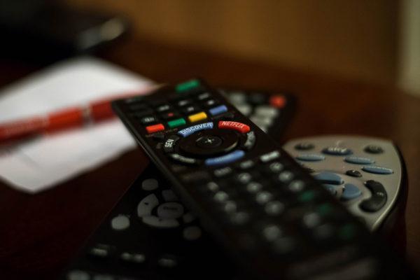 Televisión conserva audiencia de noticias en EEUU, los periódicos se desvanecen
