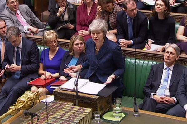 Primera ministra británica Theresa May afronta moción de censura