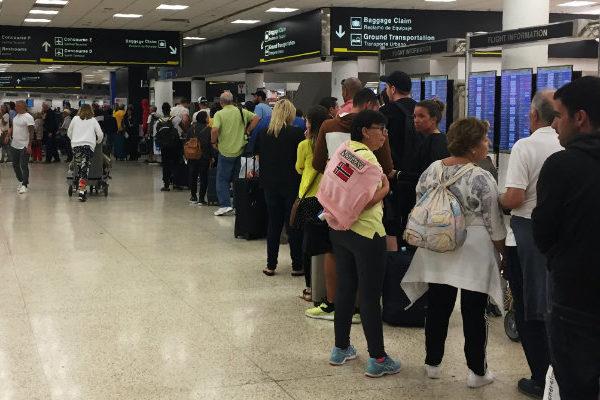 Largas filas en aeropuerto de Miami por cierre del gobierno de EEUU