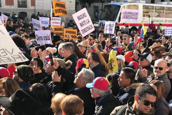 Un centenar de venezolanos en Madrid repudia a Nicolás Maduro