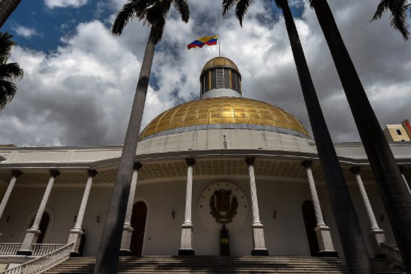 AN ofrece amnistía a militares que desconozcan a Maduro