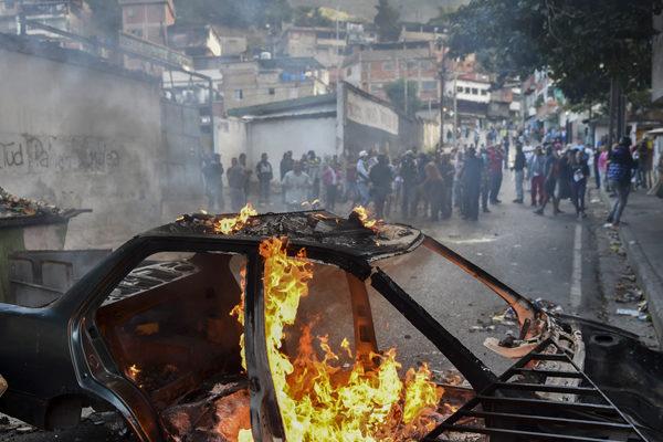 Vecinos de Cotiza manifestaron en apoyo a militares sublevados contra Maduro