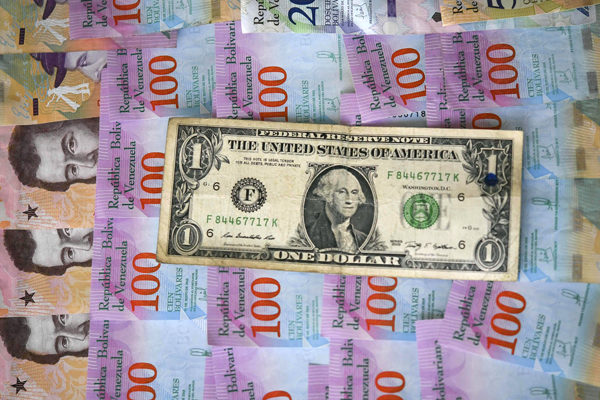 Dólar oficial ha bajado 15,67% desde septiembre y ha retrocedido 8,40% en octubre